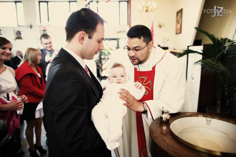 Chrzest Kuby (Kościół p.w. św. Grzegorza Wielkiego) zdjęcia. Fotograf na chrzest Warszawa. 23