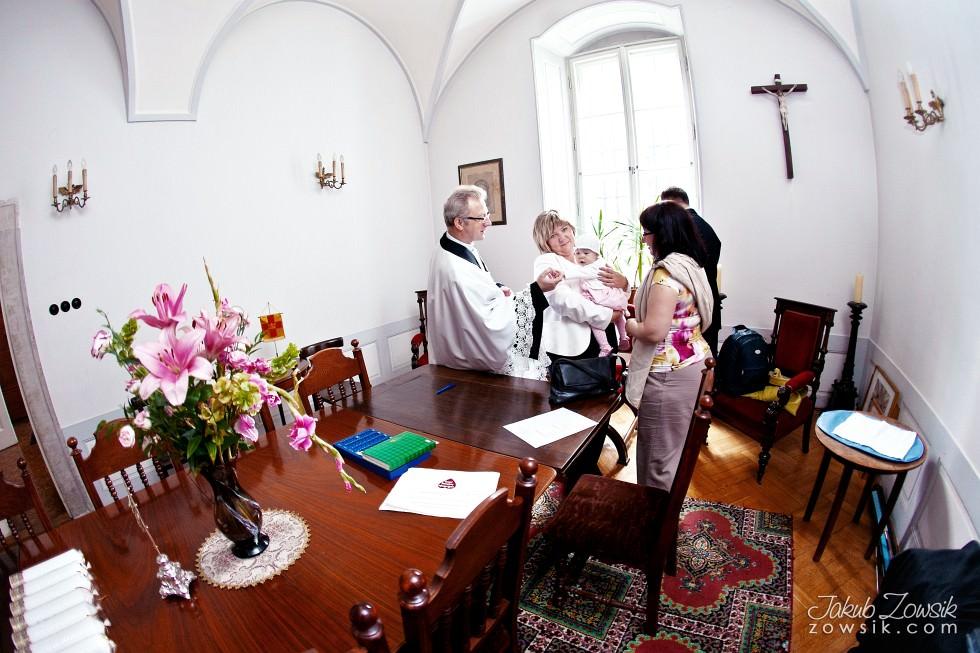 Chrzciny Warszawa. Reportaż z uroczystości chrztu Poli. Kościół Świętej Trójcy. 6