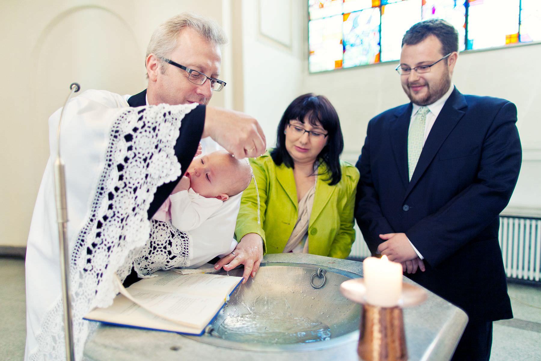 Chrzciny Warszawa. Reportaż z uroczystości chrztu Poli. Kościół Świętej Trójcy.