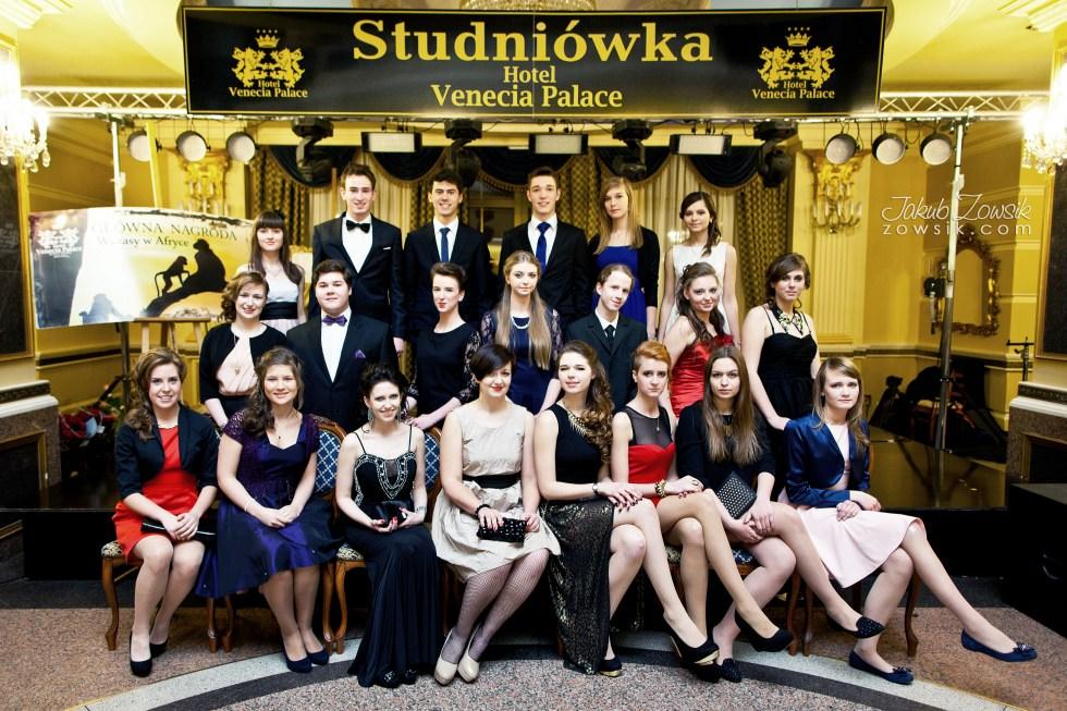 Warszawa studniówka. Reportaż ze studniówki w LXX LO im. Aleksandra Kamińskiego w Warszawie. Zdjęcia grupowe. 2