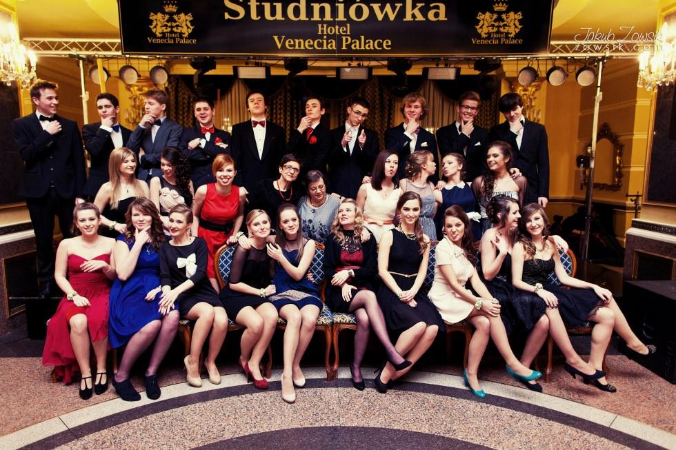 Warszawa studniówka. Reportaż ze studniówki w LXX LO im. Aleksandra Kamińskiego w Warszawie. Zdjęcia grupowe. 14