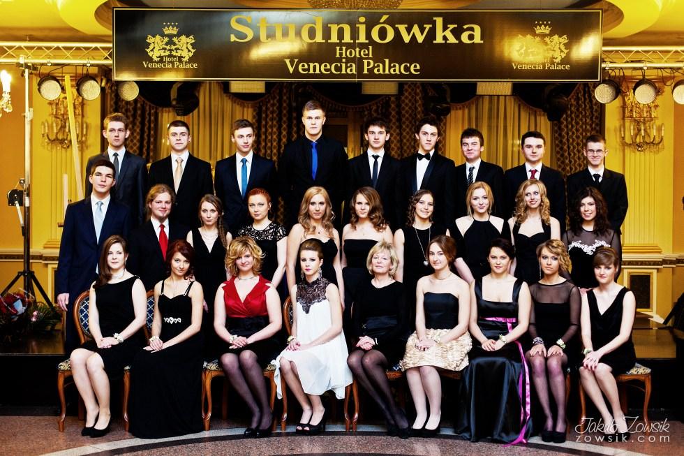 Warszawa studniówka. Reportaż ze studniówki w LXX LO im. Aleksandra Kamińskiego w Warszawie. Zdjęcia grupowe. 21
