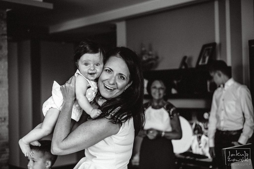 Fotografia na chrzcinach w Radzyminie - przepiękne ujęcie mamy i córki ;)