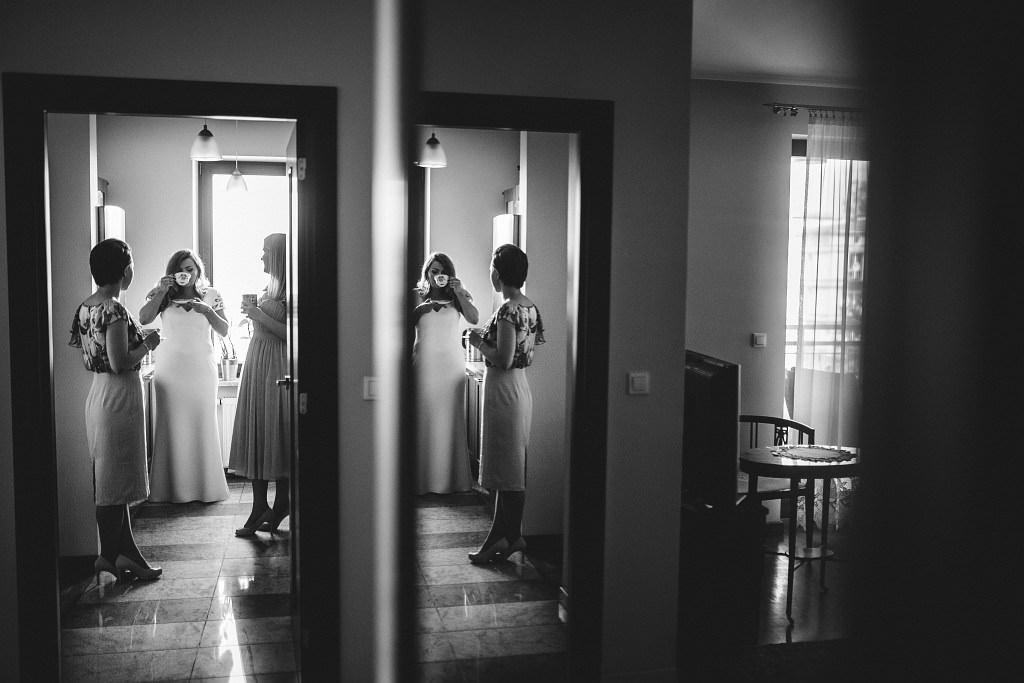 Przygotowania do ślubu u Natalii, która tuż przed wyjściem na ślub - w spokoju i towarzystwie przyjaciółek dopija kawę ;)
