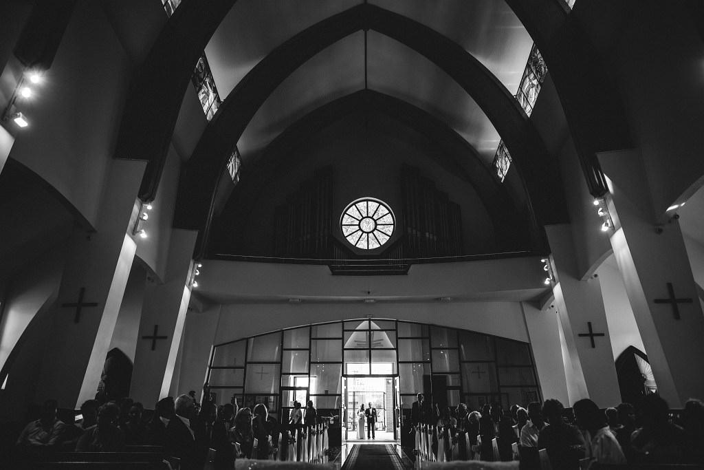 Czarno biała fotografia - tuż przed początkiem ślubu Natalii i Piotrka - kościół św. Ojca Pio (ul. Rybałtów 25, 02-886 Warszawa