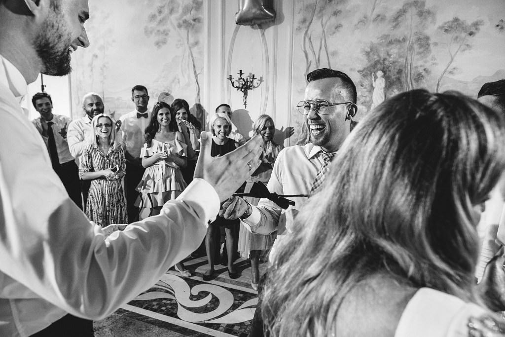 Gość ślubie Natalii i Piotrka właśnie złapał muchę i bardzo się z tego powodu cieszy :))