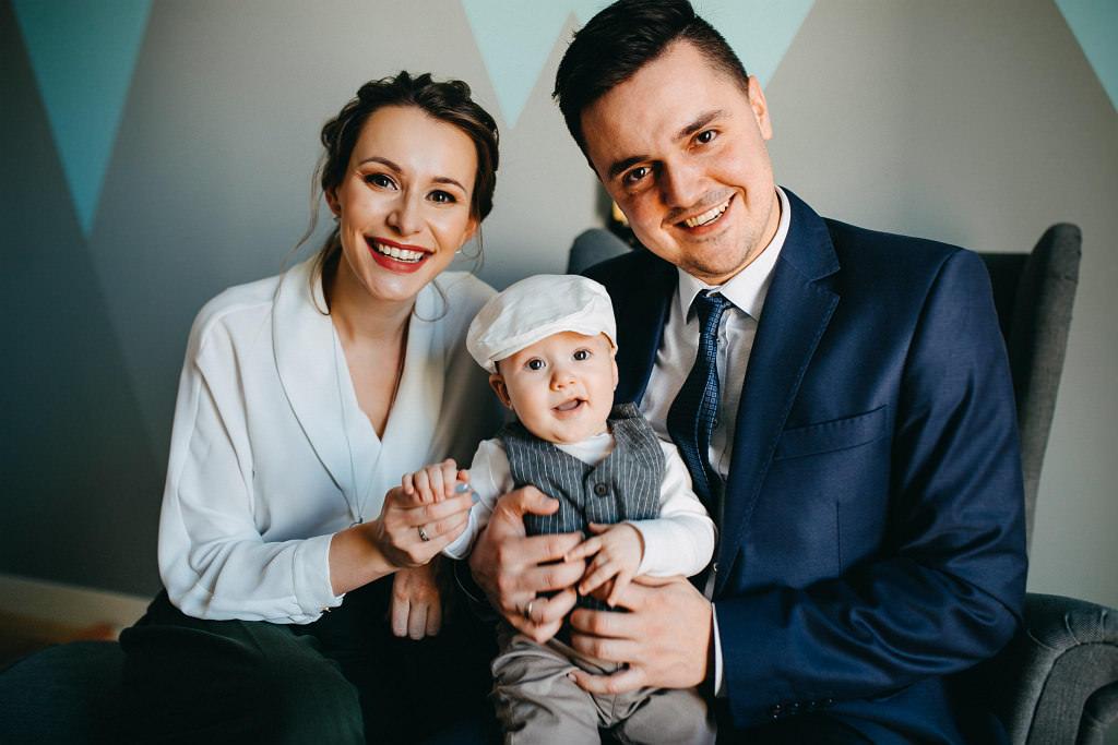 Fotografia chrztu i pamiątkowe ujęcie rodziców i dziecka