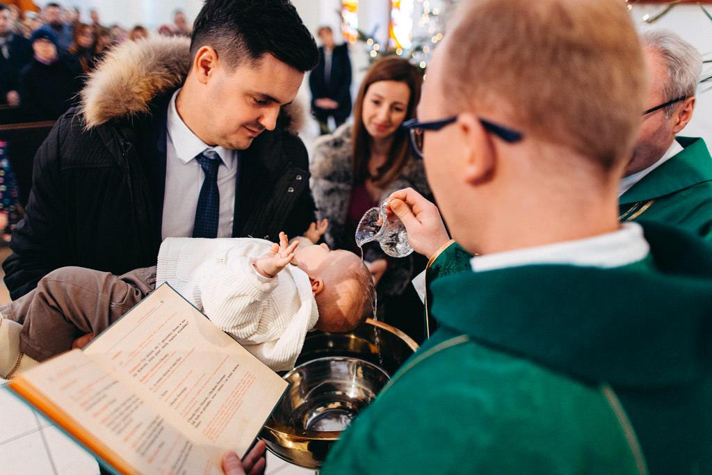 Chrzest Aleksandra, Wólka Kosowska - moment polewania główy dziecka wodą święconą