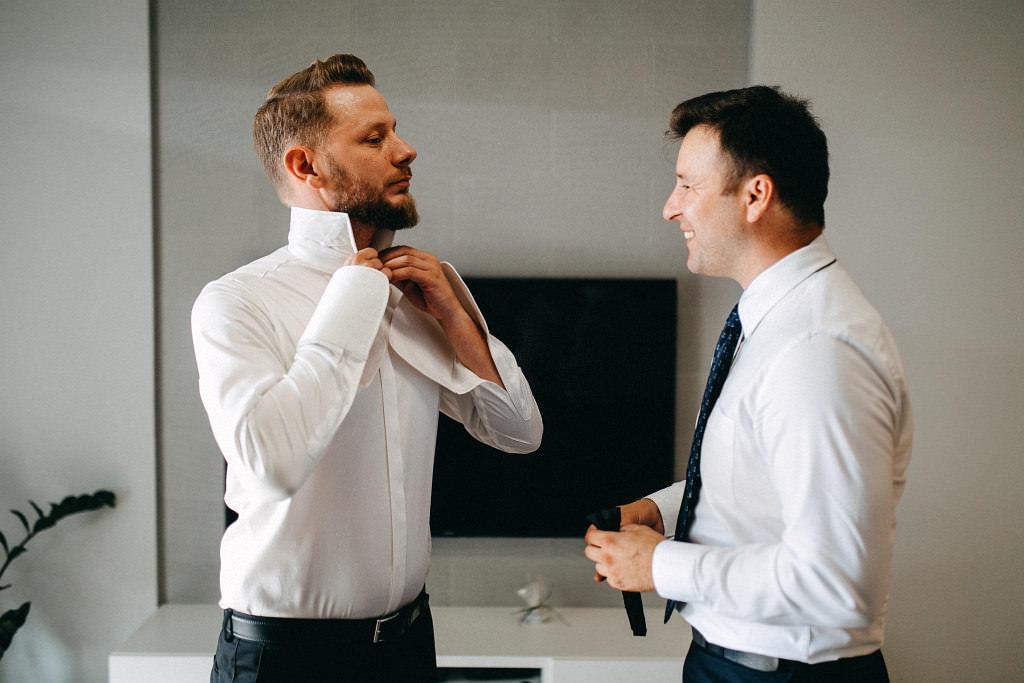 Pan młody wraz ze świadkiem przygotowują się do ślubu