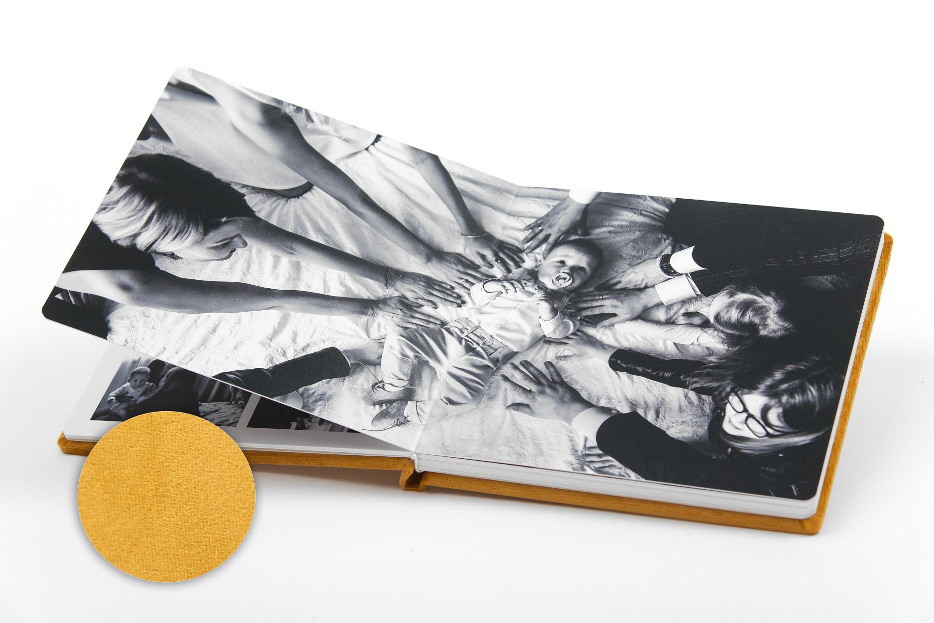 Piękny album z chrzcin Antoniego, w aksamitnej oprawie. Na zdjęciach i filmie.