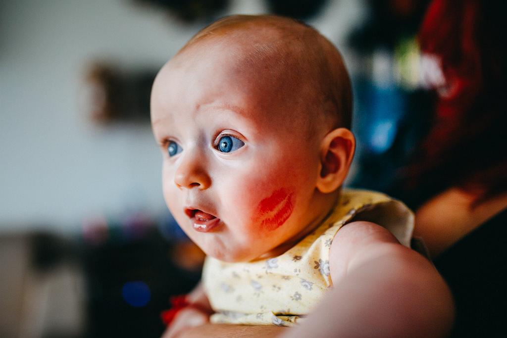 Piękna Ada podczas chrztu i spory buziak i szminka na buzi