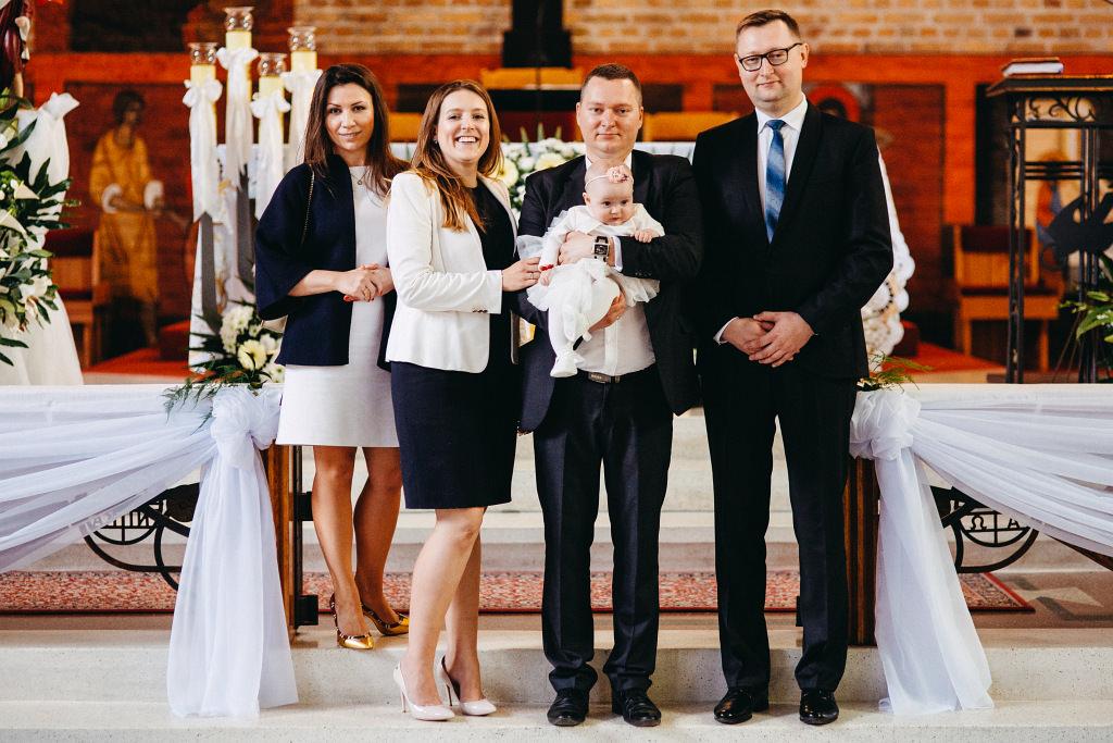 Rodzinne pozowane zdjęcie do chrztu